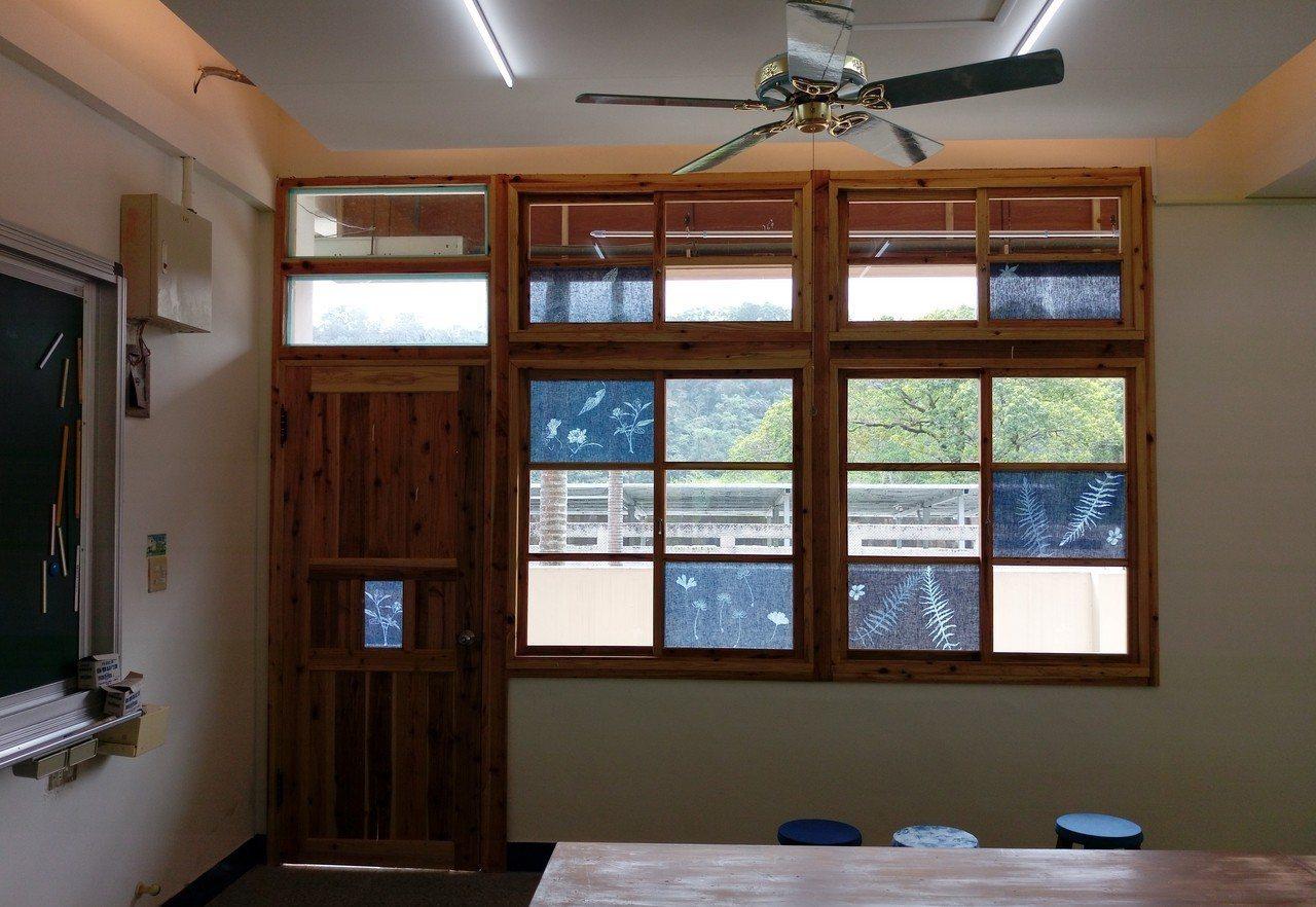 五龍國小校內的藍染樣式窗戶。 圖/五龍國小提供