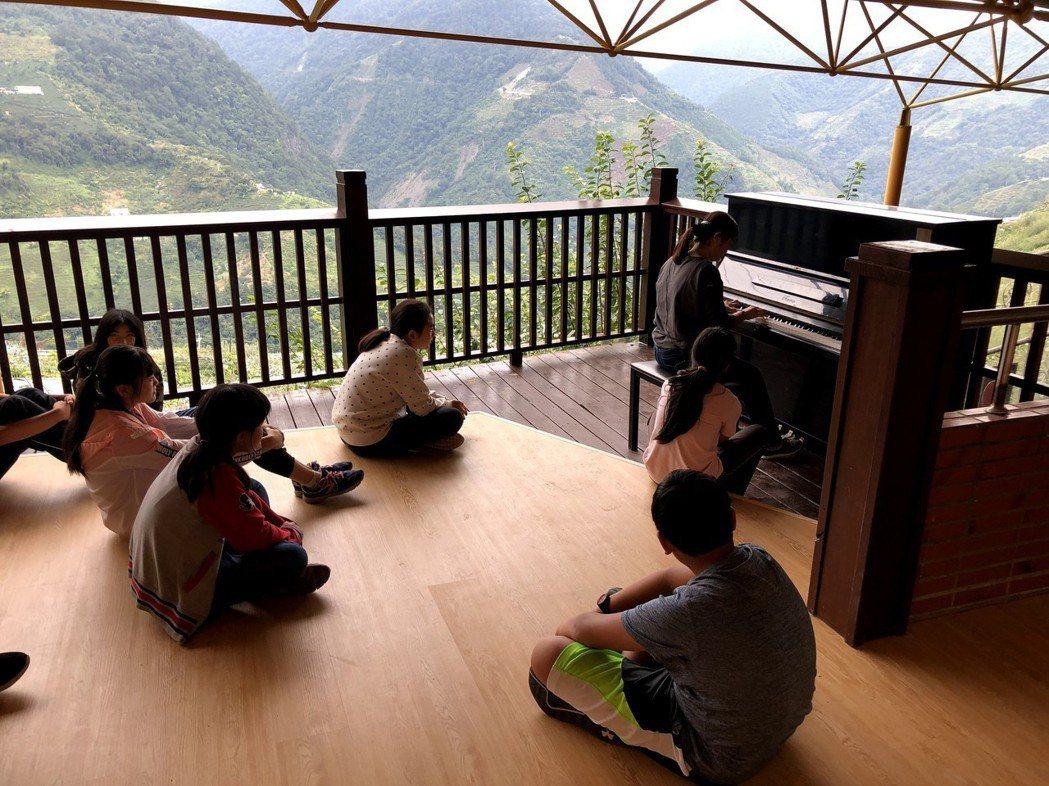 綜合教室露台擺上鋼琴,學生可在音樂課上遠眺中央山脈。 圖/梨山國中提供