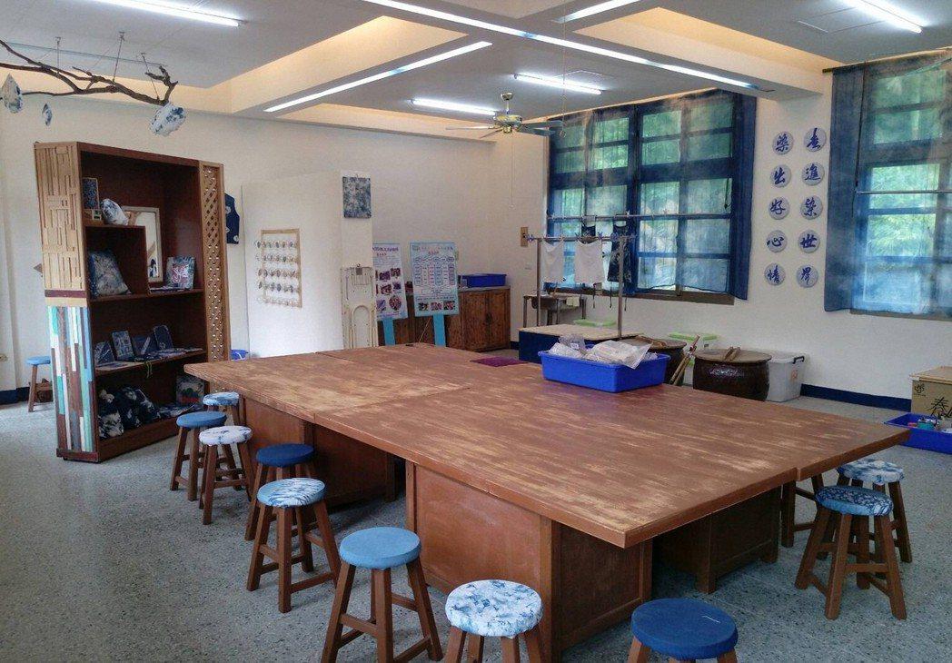 五龍國小改造美勞教室「藍染工坊」。 圖/五龍國小提供
