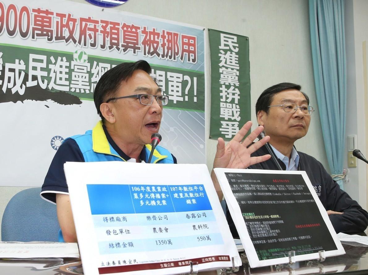 國民黨立委陳宜民(左)、曾銘宗(右)昨在立院舉行「1450網軍大揭密」記者會。 ...