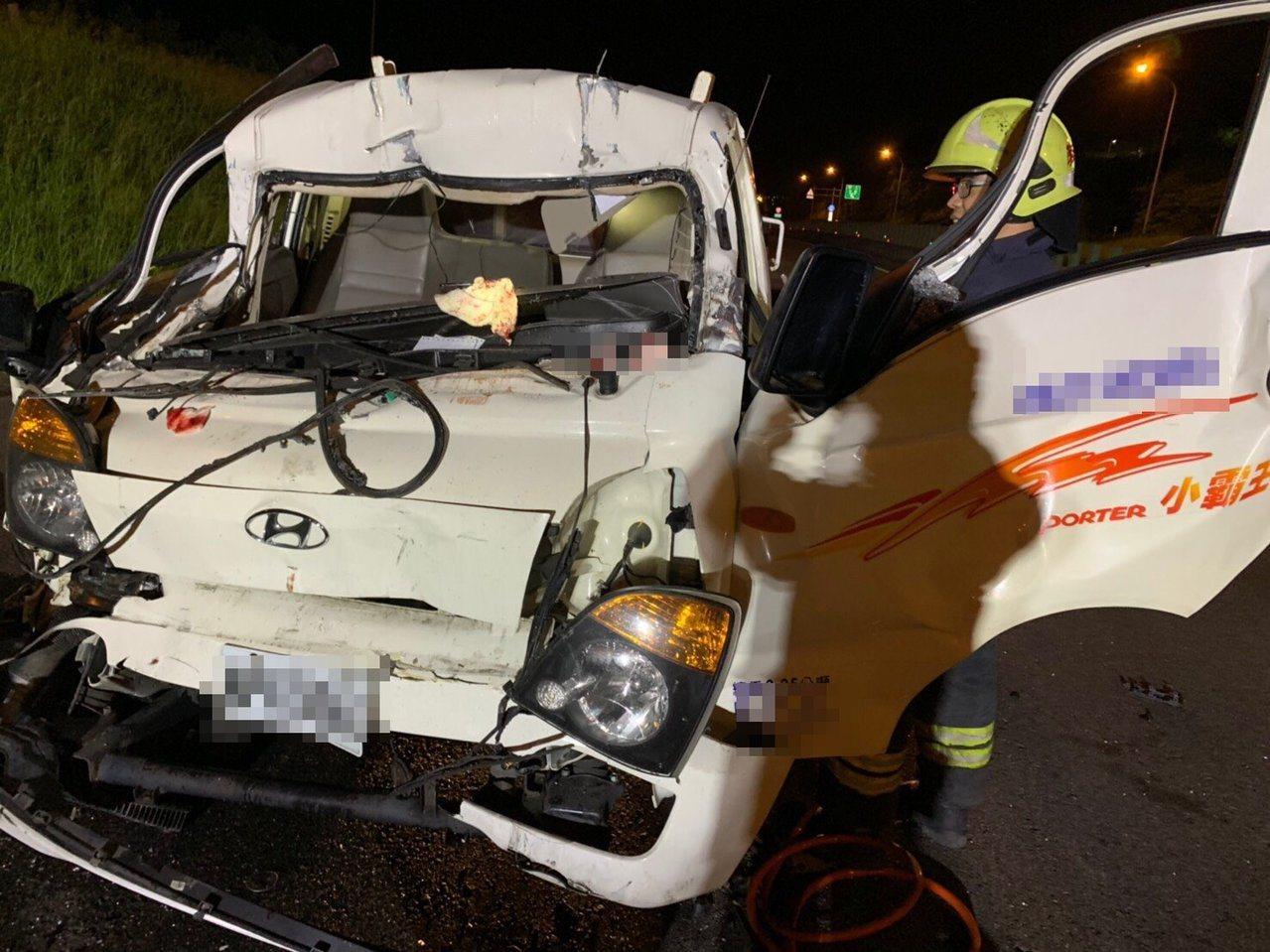 西濱快速公路苗栗縣後龍鎮赤土崎南下路段晚間8點多發生貨車、聯結車相撞事故,一人受...