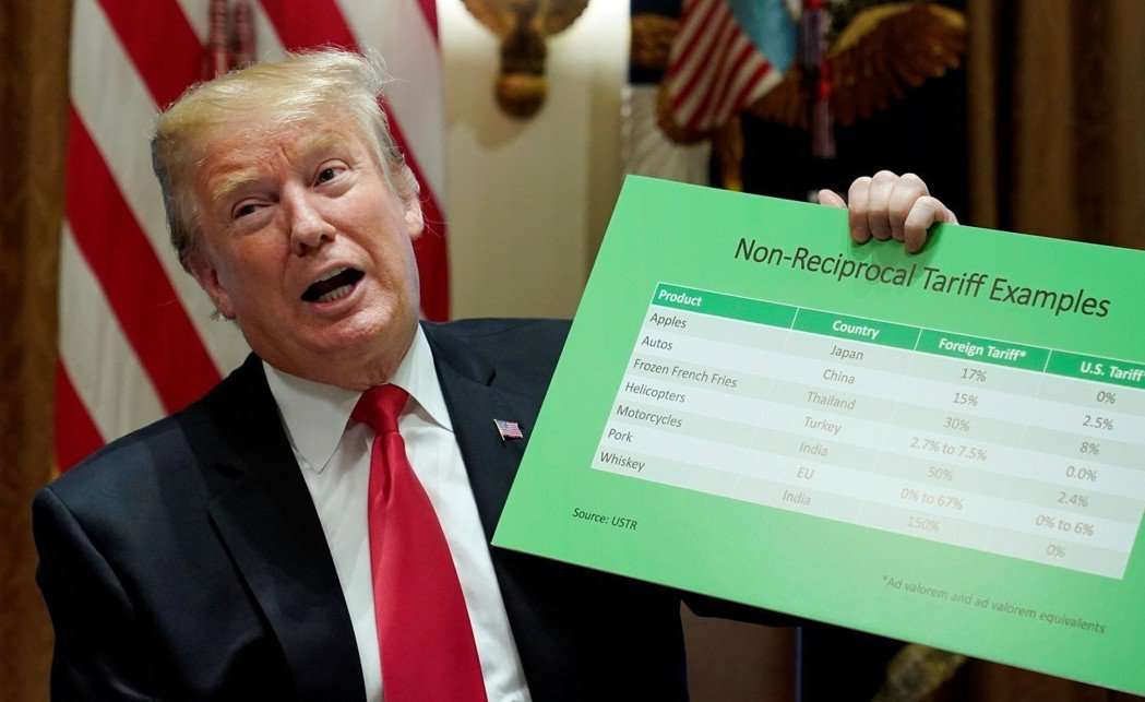 美國總統川普相當迷信關稅的效用,他今年初在白宮拿著一塊看板批評一些國家對美國商品...