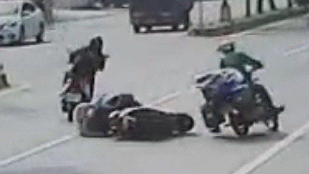 日前在彰化縣和美鎮發生的郵差與機車擦撞,造成一名老婦人傷重不治,當時後方駛來的機...