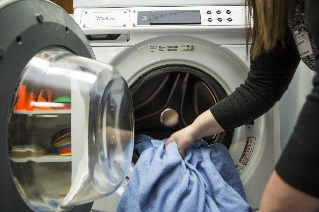 「半夜洗衣真的比較省」是真的嗎?台電指出,用戶如有申辦時間電價,把尖峰時間的用電...
