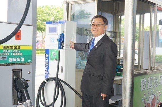 諾瓦材料科技董事長楊聯智說明添加車用尿素還原劑,可有效降低空氣污染。 楊連基/攝...