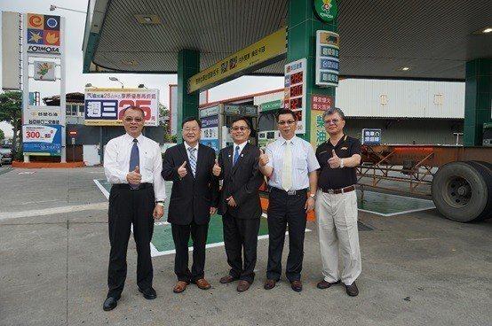 左起:台亞石油副總經理陳和奇、環保署空保處處長吳盛忠、諾瓦材料科技董事長楊聯智、...