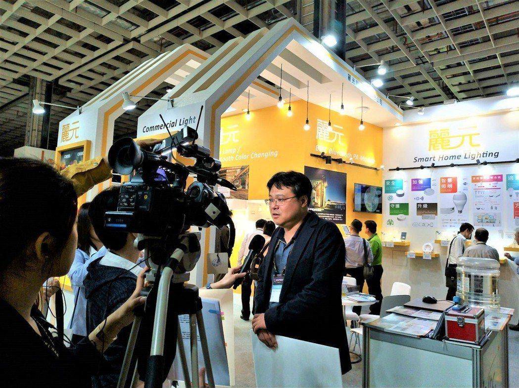 麗光科技總經理邱士庭於2019年台灣國際照明科技展現場,接受媒體採訪。業者/提供