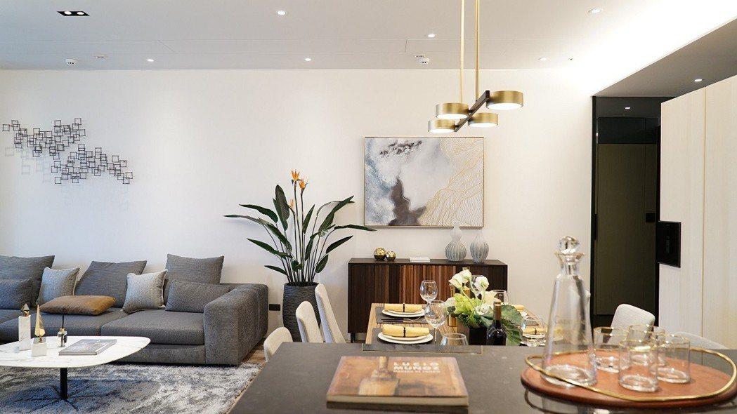 透過輕淺明亮的色調,鋪陳簡約的居家氛圍,清爽又不失暖度。 久泰皇品/提供