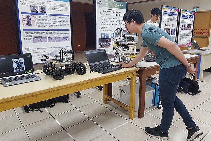 明新科大「AI+半導體封測人才及技術交流會」除專家學者就議題研討,會場也有學生的...