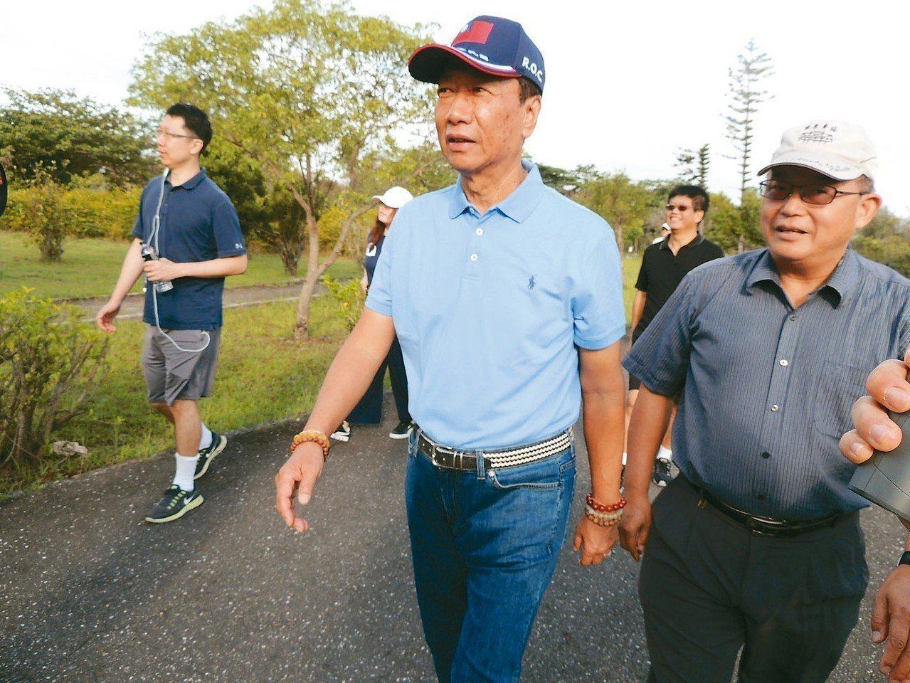 鴻海董事長郭台銘今晨前往台東森林公園散步。 記者羅紹平/攝影