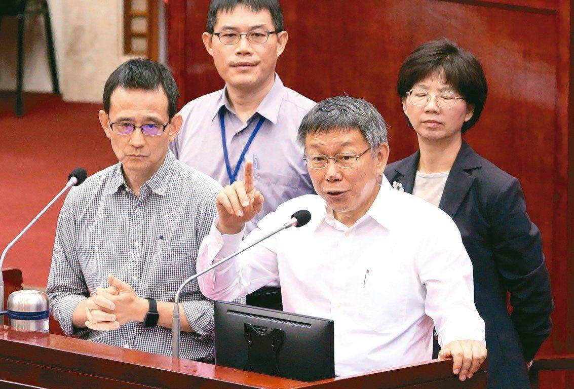 台北市長柯文哲(前右)上午率局處首長到市議會做專案報告。 記者胡經周/攝影