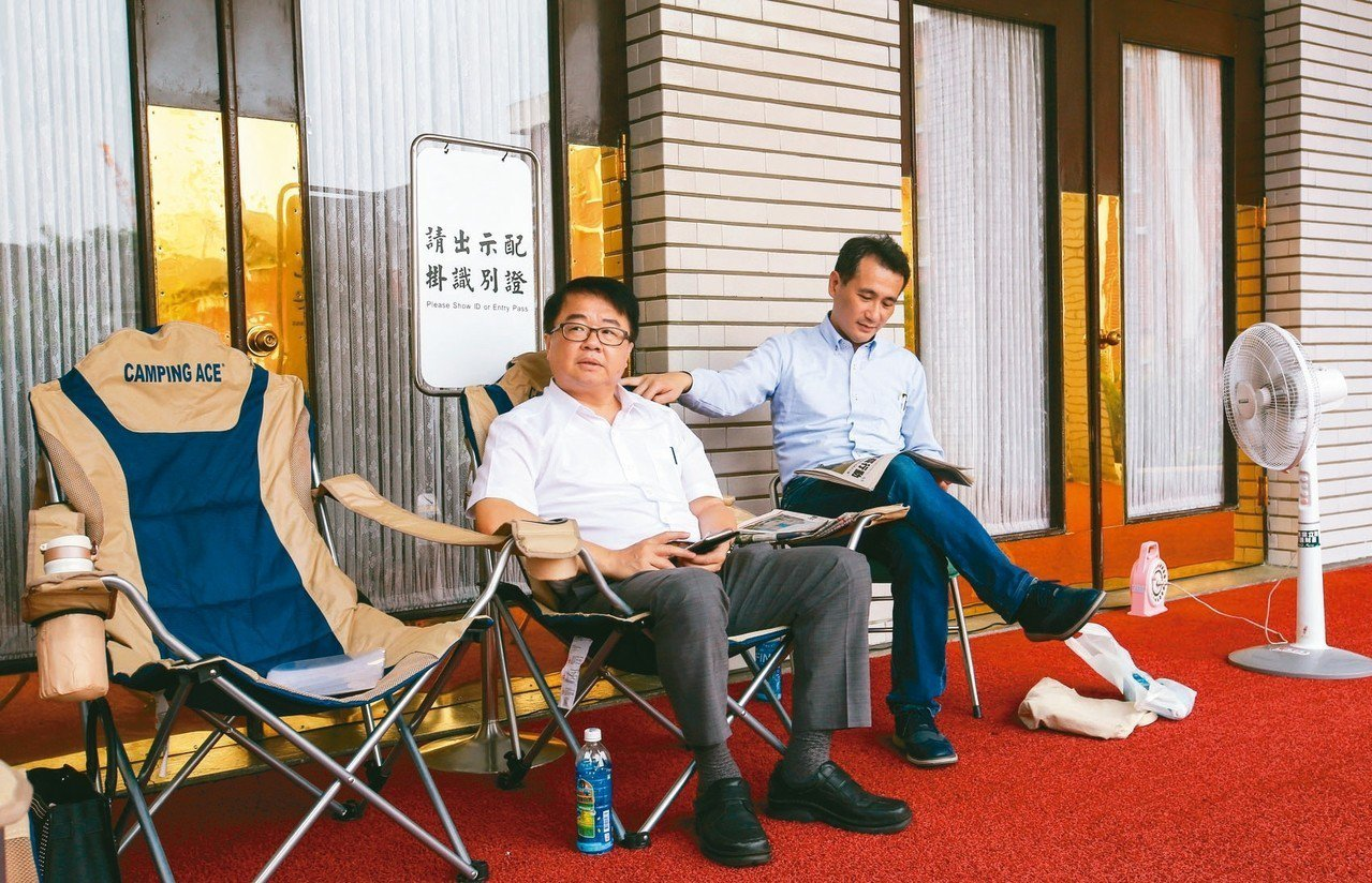 立法院明天將針對同婚專法的版本進行逐條表決,民進黨立委鄭運鵬(右)、吳秉叡(左)...