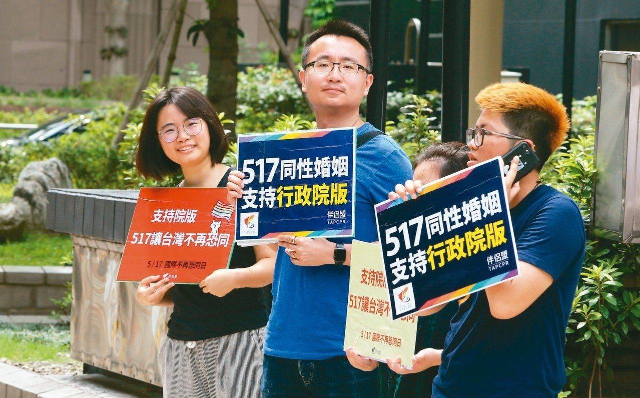 立法院明天將針對同婚專法的版本進行逐條表決,台灣伴侶權益推動聯盟等同志團體在立法...