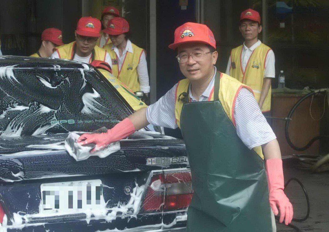 陳水扁到台北育成洗車中心與殘障朋友共同洗車。 圖/聯合報系資料照片