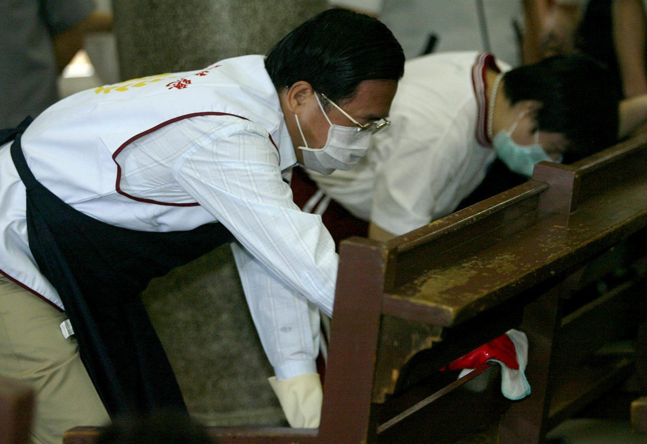 陳水扁到樂山療養院當義工,與樂山療養院的小朋友一同擦拭桌椅,紀念就職三周年。 圖...