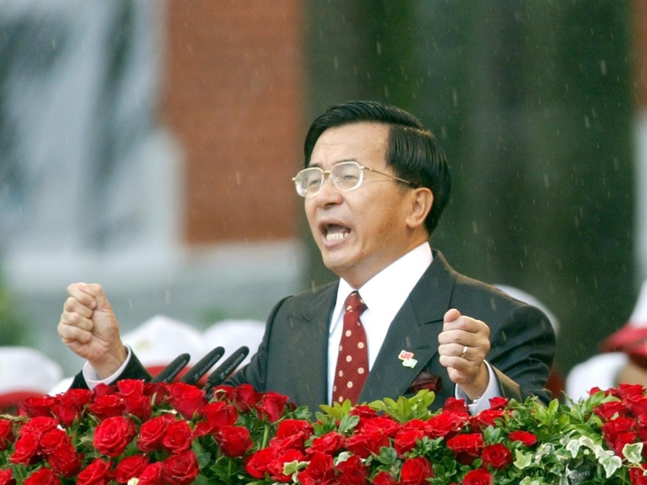 陳水扁在滂沱大雨中發表就職演說。 聯合報系資料照片/記者潘俊宏攝影
