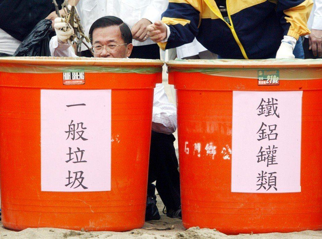 陳水扁就職六周年,前往北海岸白沙灣海灘參加淨灘,與一群志工沿著沙灘清除垃圾。 圖...