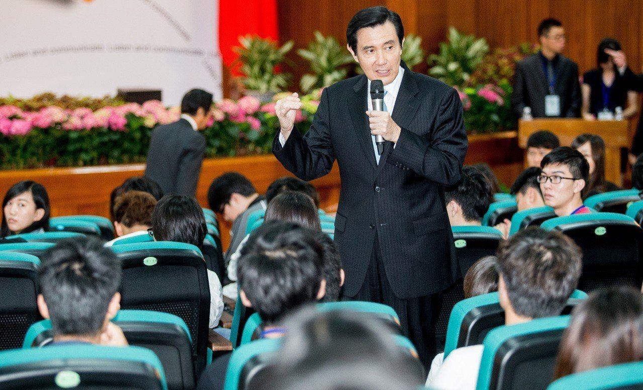 馬英九在中國醫藥大學舉行就職六周年記者會,以「傾聽青年心聲 實現世代正義」為題演...