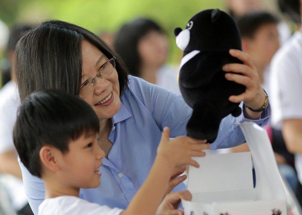 蔡英文執政一周年,邀孩童一起到永和寓所共進午餐,並幫小朋友們送餐飲。 圖/總統府...