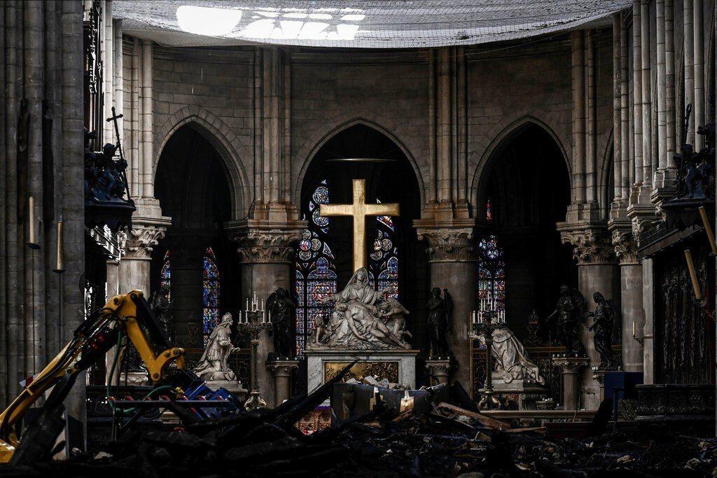 聖母院4月15日晚間發生大火,屋頂和尖塔遭到大火燒毀,起火原因仍在調查。 美聯社