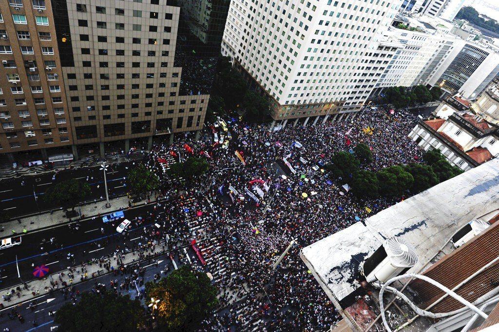 巴西學生團體和工會運動團體今天在全國各州、首府和城市舉行示威活動,抗議巴西政府削...