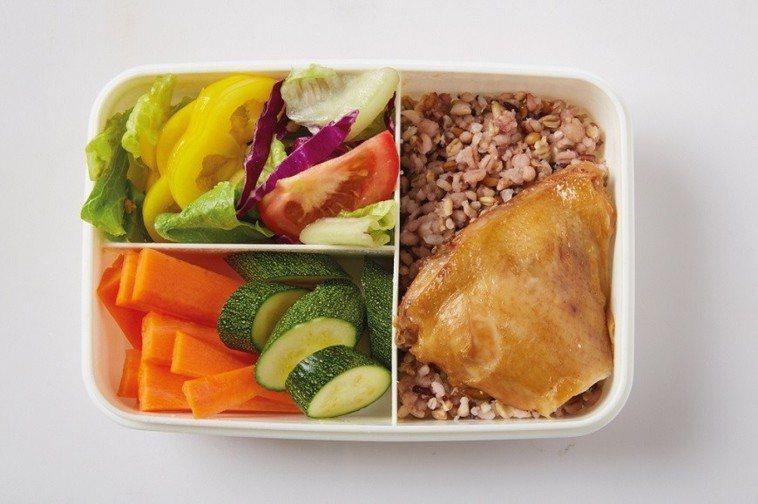 宋晏仁常自己準備午餐餐盒,2格為蔬菜,1格放五穀飯,另1格放蛋白質,近來又將五穀...