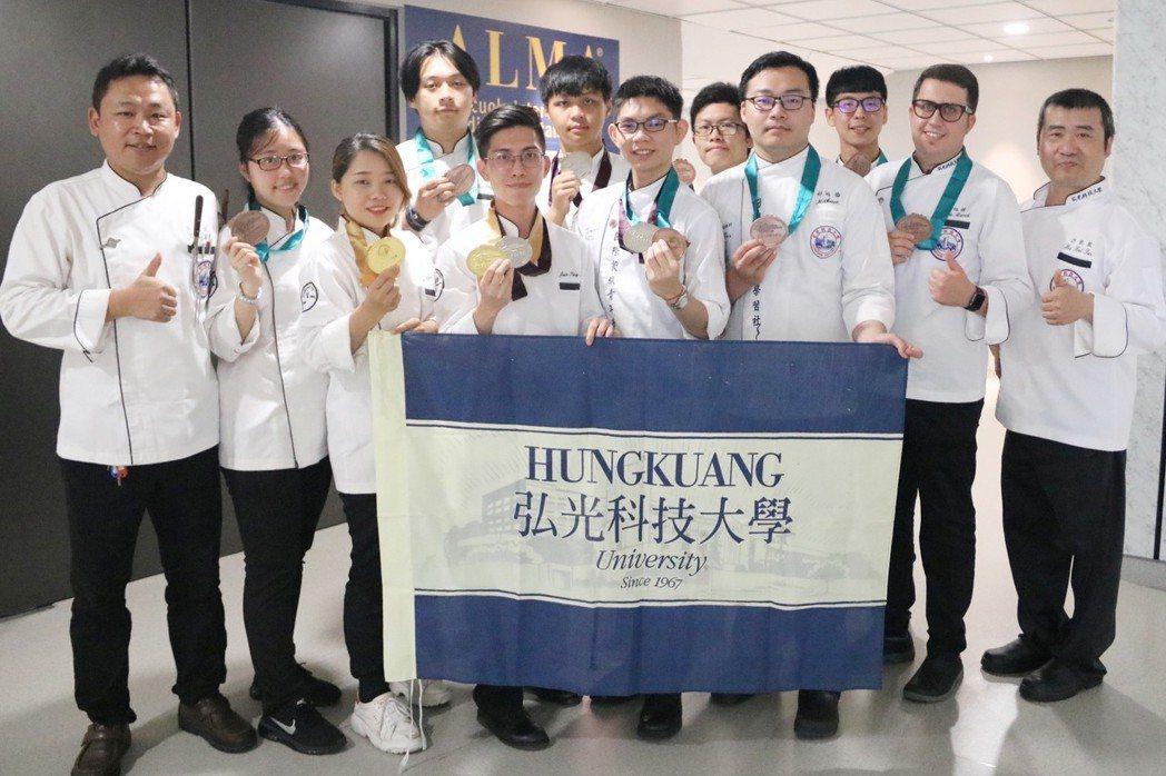弘光科大學生參加HOFEX香港國際美食大獎比賽,獲得2金、3銀、10銅佳績。 弘...
