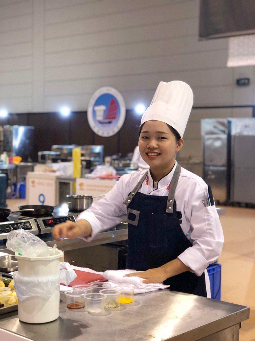餐旅系大二學生顧欣晏在全雞項目奪冠。 弘光科大/提供。