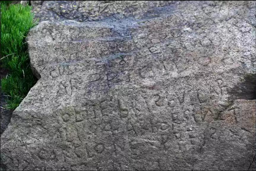 法國某鄰海小鎮發現一塊刻滿文字的神祕岩石,但至今仍沒有人能解讀其內容,因此,小鎮...