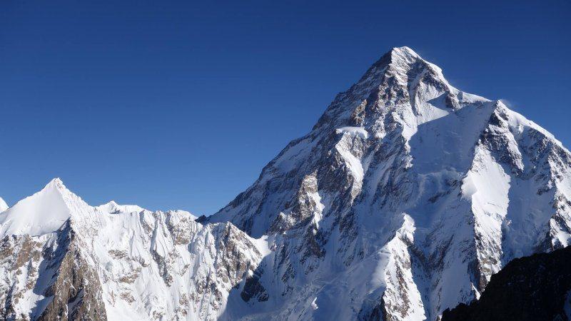 K2峰,為今年呂忠翰(阿果)、張元植終極攀登目標。呂忠翰(阿果)攝於布羅德峰基地...