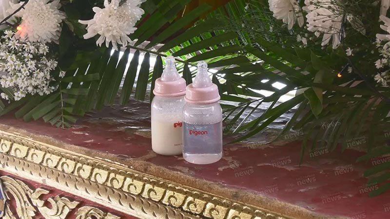 原本準備好要給新生兒喝奶用的2瓶奶瓶,也分別裝好水和奶,放在靈堂前。圖/取自pa...