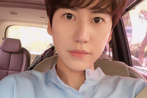 Super Junior成員圭賢日前遭爆料新歌MV中出現的女生是他的女朋友,對此,圭賢15日在社群網站中否認。日前有粉絲傳出他與MV女模特兒戀愛的傳聞,15日圭賢在IG上澄清,「在拍攝MV時,他與這...