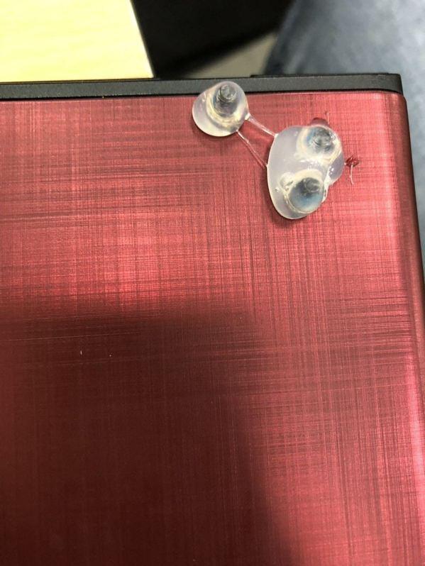 一名大學生女網友表示朋友將手提電腦帶到維修店,取機時才發現螢幕的3個角落都有凸出...
