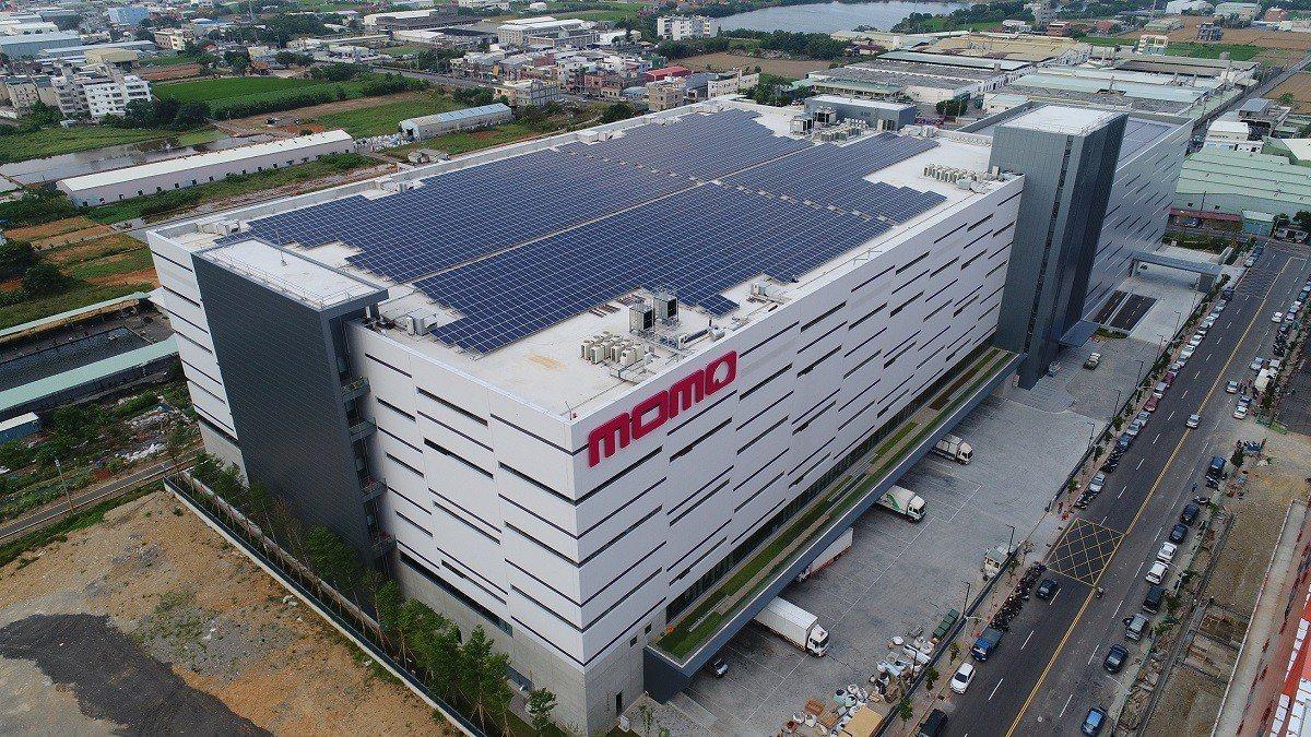 momo「北區物流中心」屋頂太陽能節能設計,預估每年能減少633噸二氧化碳排放量...