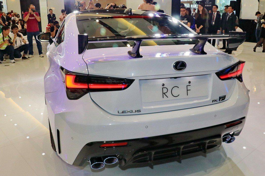 源自RC F GT3設計理念的固定式碳纖維後擾流器。 記者陳威任/攝影