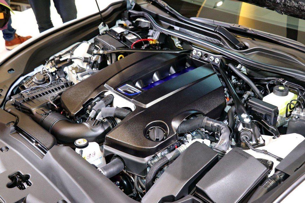 全新RC F全面優化動力系統,搭載5.0升自然進氣V8引擎。 記者陳威任/攝影