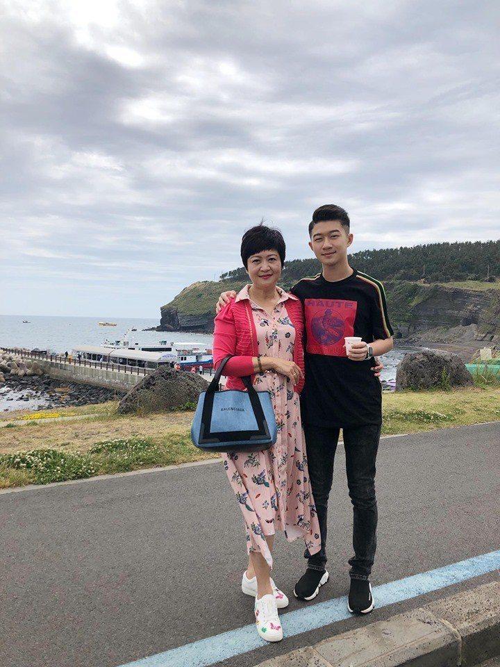 崔佩儀今天曬出與兒子遊韓國的照片。圖/擷自臉書