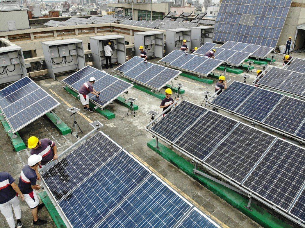桃園巿治平高中學生在健行科大太陽光電基地現場實作。 健行科大/提供。