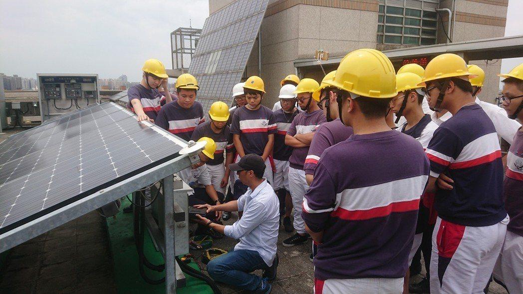 健行科大電機系教授葉官俤為治平高中學生實作太陽光電相關技能。 健行科大/提供。