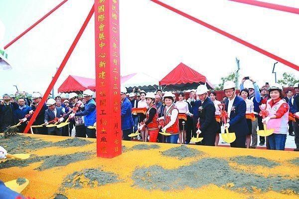 等了20年,地方引頸期盼的台中水湳會展中心正式開工,預計4年後完工。