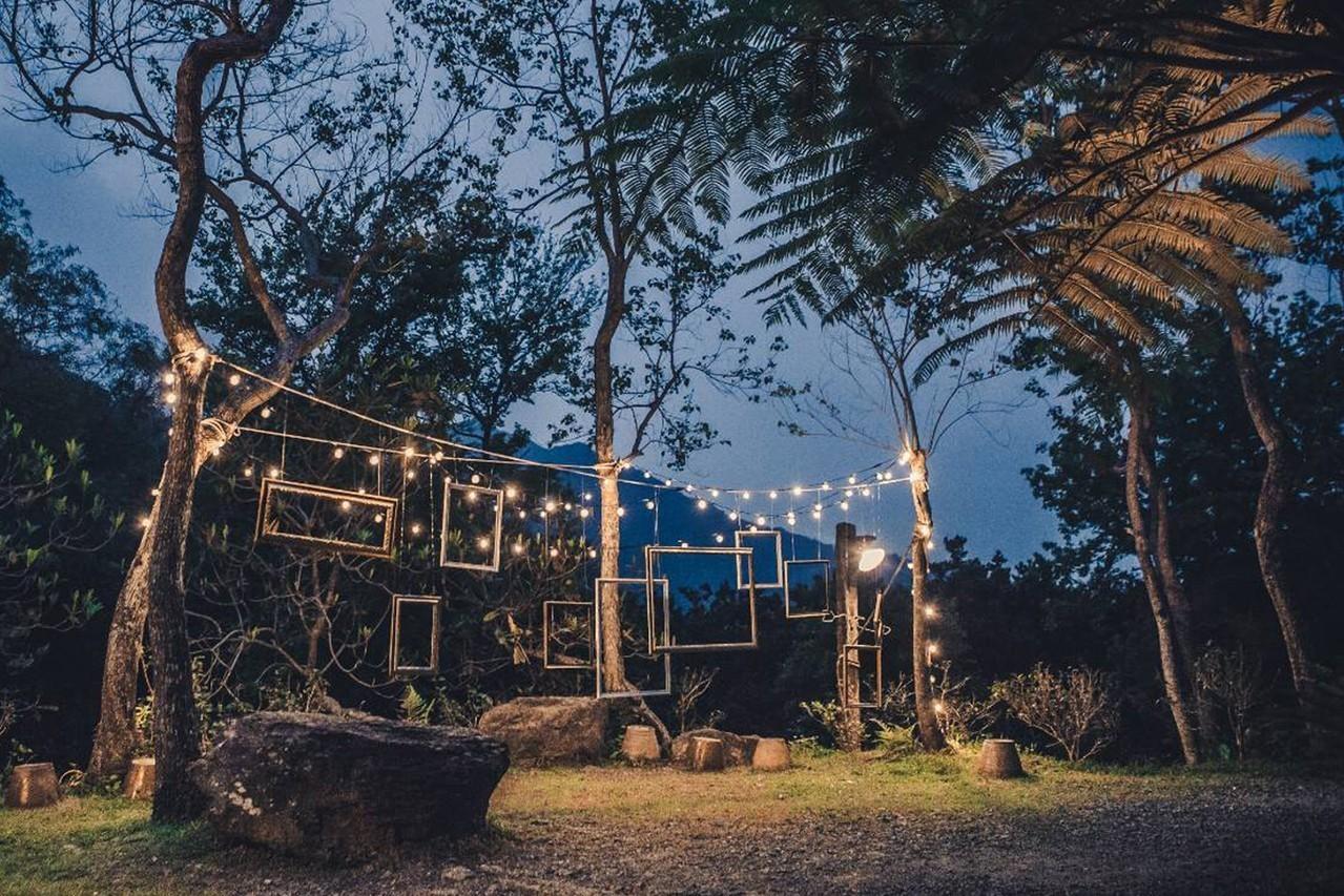 圖/宜蘭隱藏版景點「迷藏計畫」山林中的復古燈泡串超夢幻。藏酒酒莊提供以下皆同。
