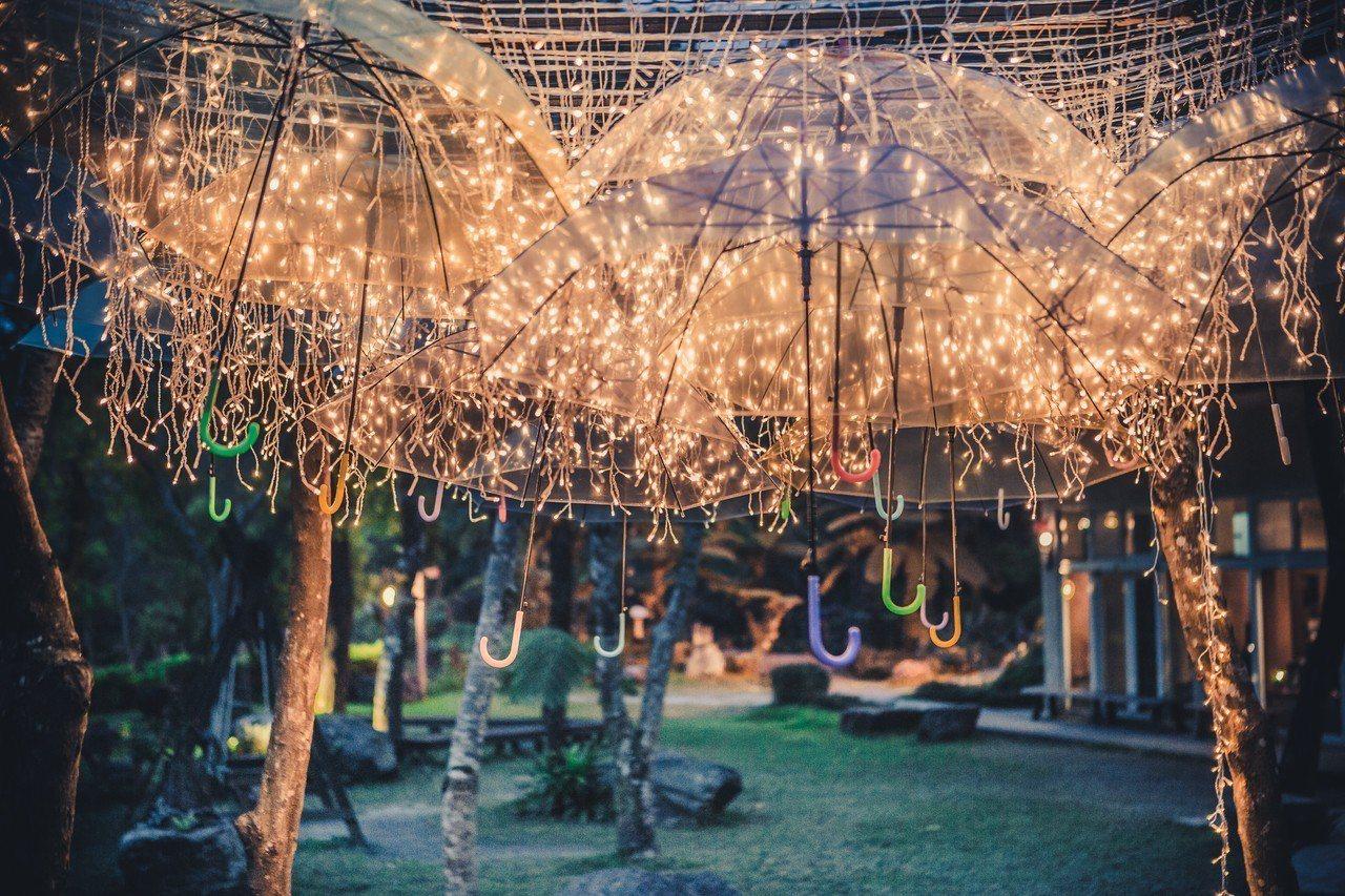 圖/雨傘藝術搭著暖色燈串,拍照起來極具魔幻氣氛。