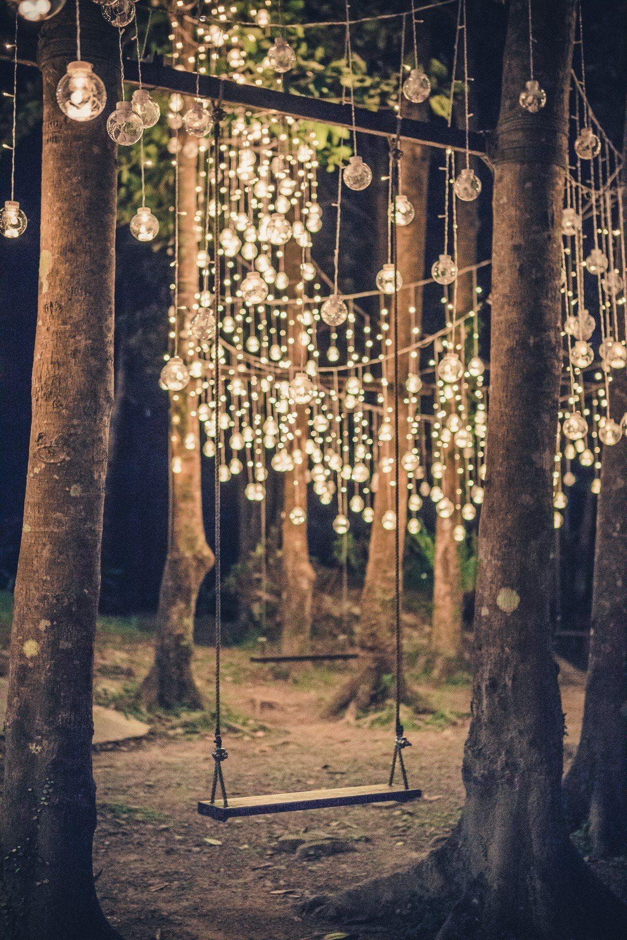 圖/精靈迷藏,拉起一整排的復古燈串,構圖畫面十分漂亮。