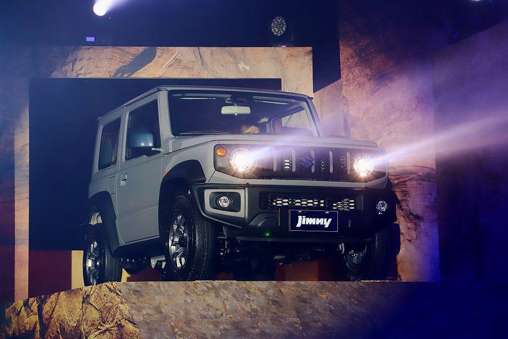 全新Suzuki Jimny回歸一、二代方正外觀設計,車頭雙圓燈與垂直柵欄不僅顯...