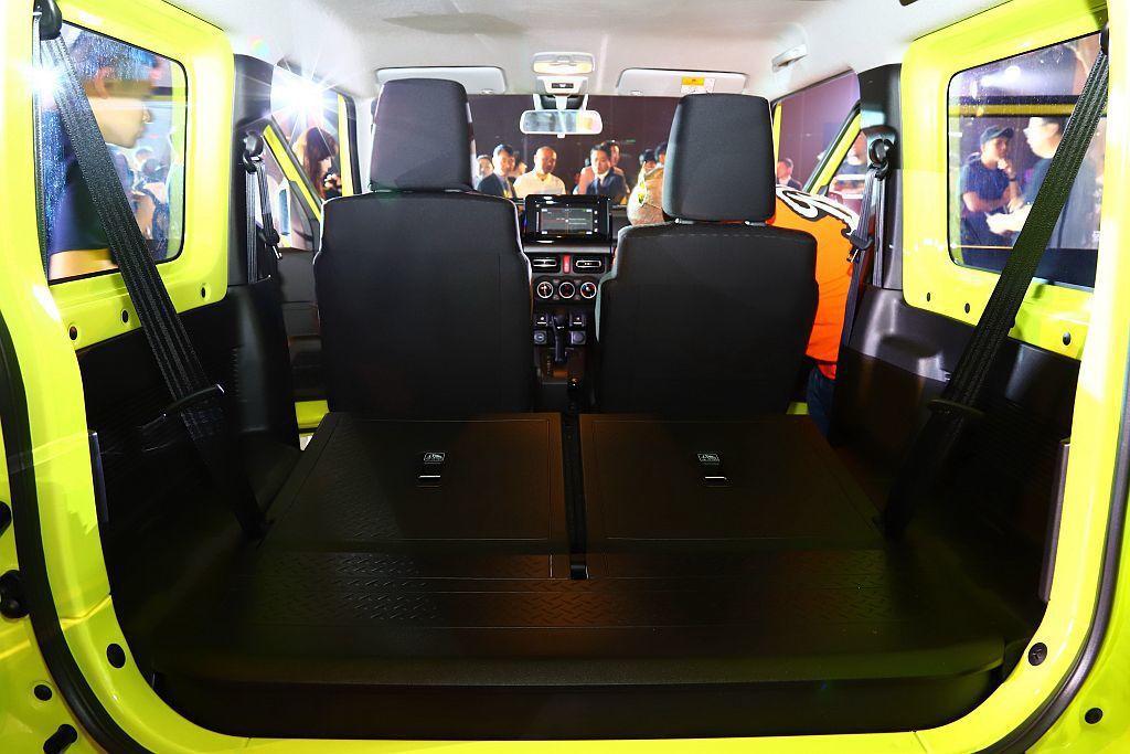 Suzuki Jimny後排座椅採50:50收納方式,使後廂達到377L置物空間...