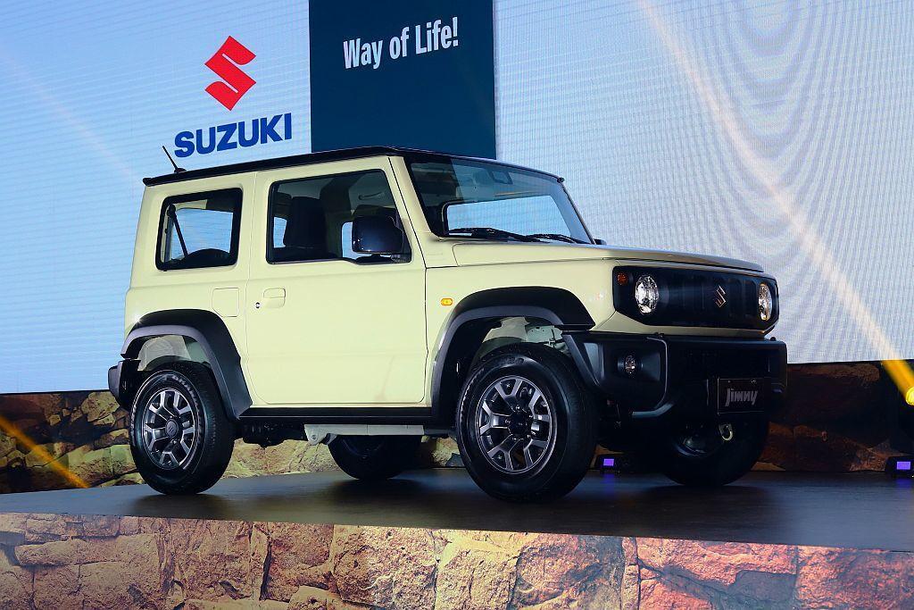全新世代Suzuki Jimny建議售價為臺幣74.8萬起,雙色車頂則需加價1萬...