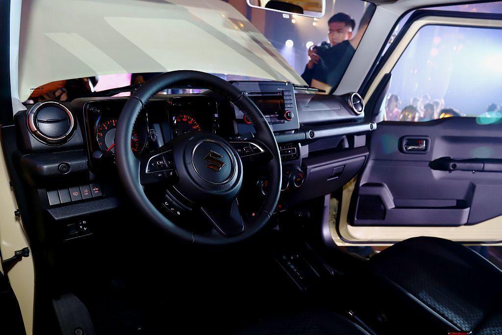 全新Suzuki Jimny以黑色座艙為主軸並採用水平式中控台設計,行駛於崎嶇山...