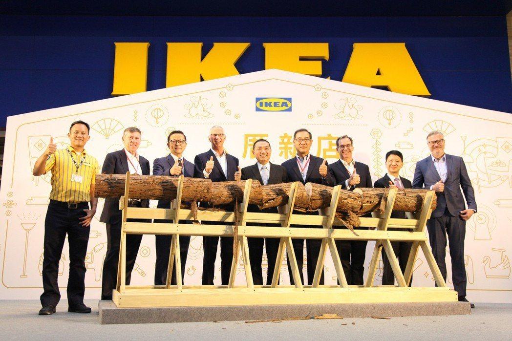 「IKEA宜家家居─新店店」開幕典禮與會貴賓合影(右一:宜家家居凌思卓董事長、右...