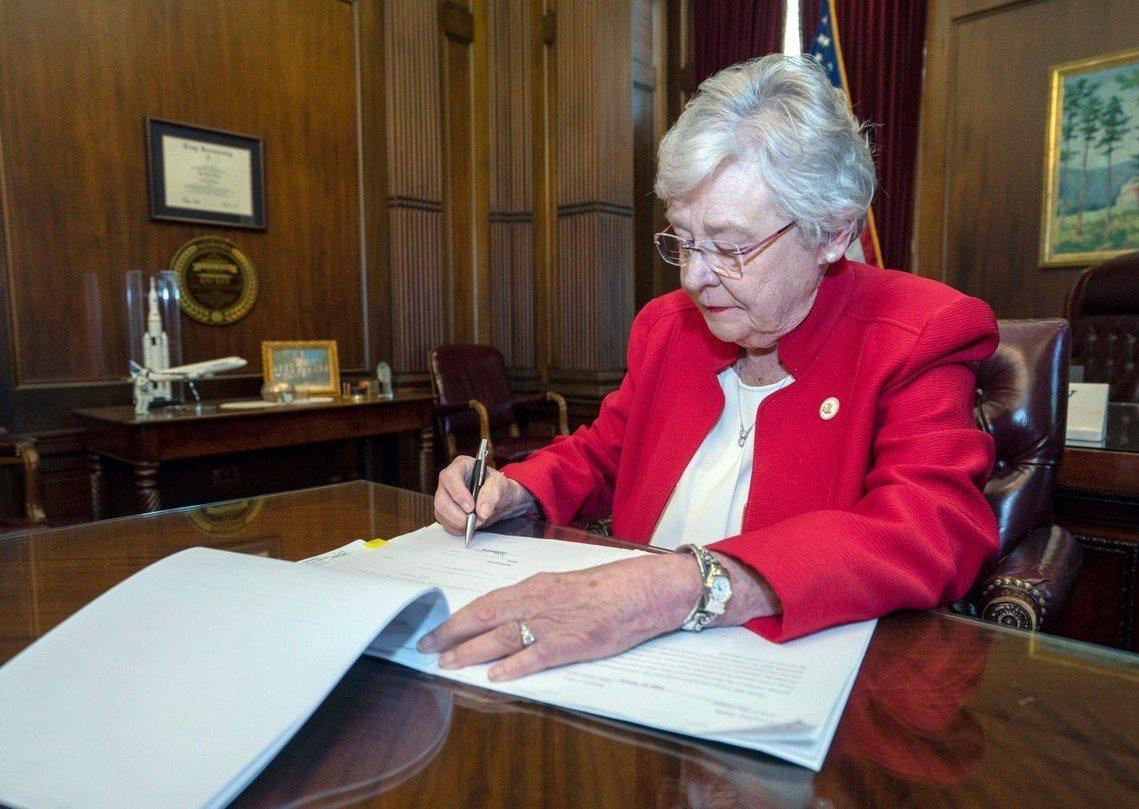 2019年5月15日,74歲的阿拉巴馬州長凱.伊佛(Kay Ivey,共和黨),...