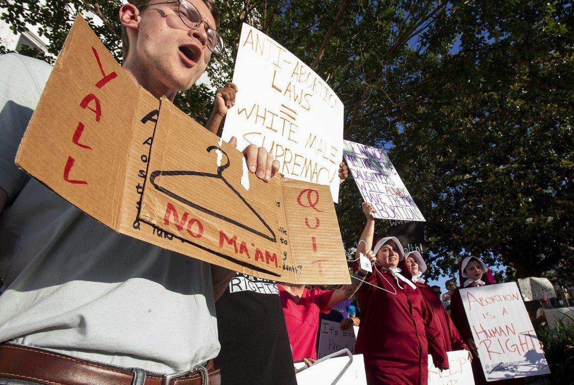 抗議墮胎禁令的遊行中,常見「衣架」符號。因為在過去,衣架被用來當作「土法墮胎」的...